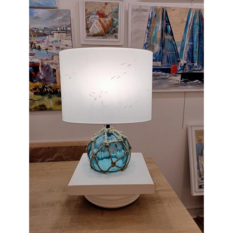 Lampe à poser/de chevet - Décor blanc, mouettes et pied boule, flotteur en verre bleu - allumée