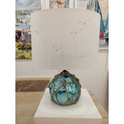 Lampe à poser/de chevet - Décor blanc, mouettes et pied boule, flotteur en verre bleu - éteinte