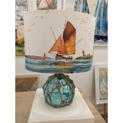 Lampe à poser/de chevet - Décor bateau de pêche et pied flotteur en verre bleu - éteinte