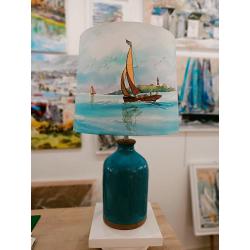 Lampe de salon - Décor bateaux, phare et pied céramique bleu et marron - zoom